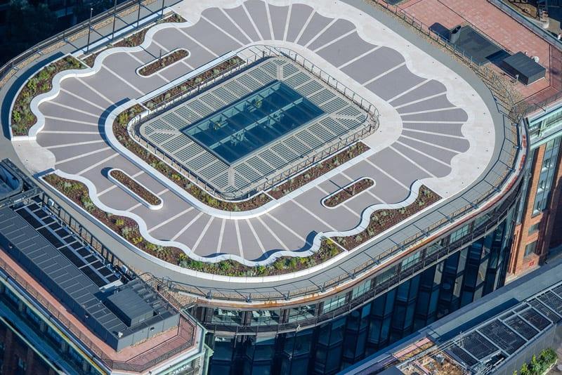 A imagem mostra a cobertura do edificio com o telhado verde