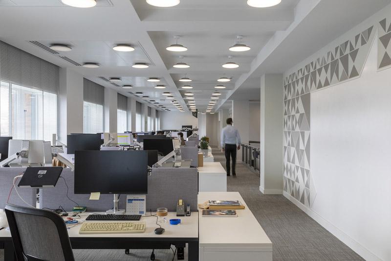 A imagem mostra os espacos interiores com novos escritorios