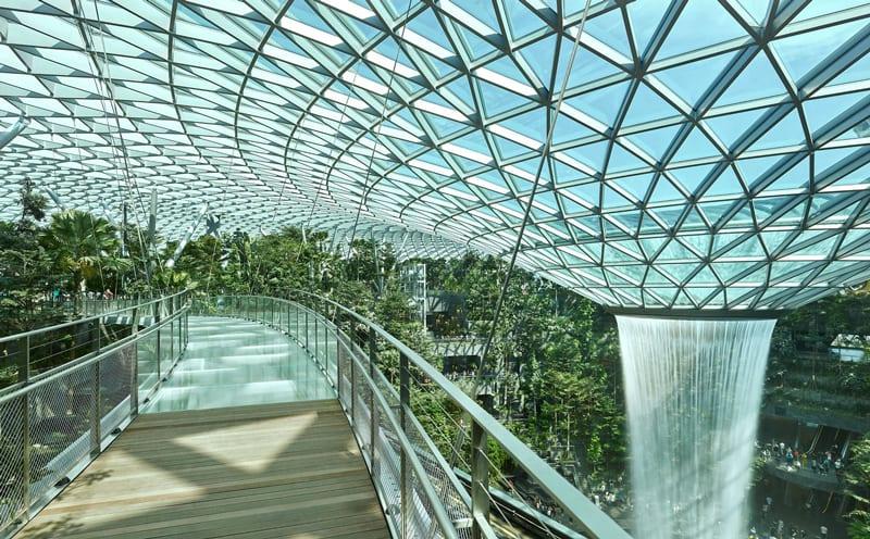 A imagem se refere ao aeroporto internacional Changi de Singapura