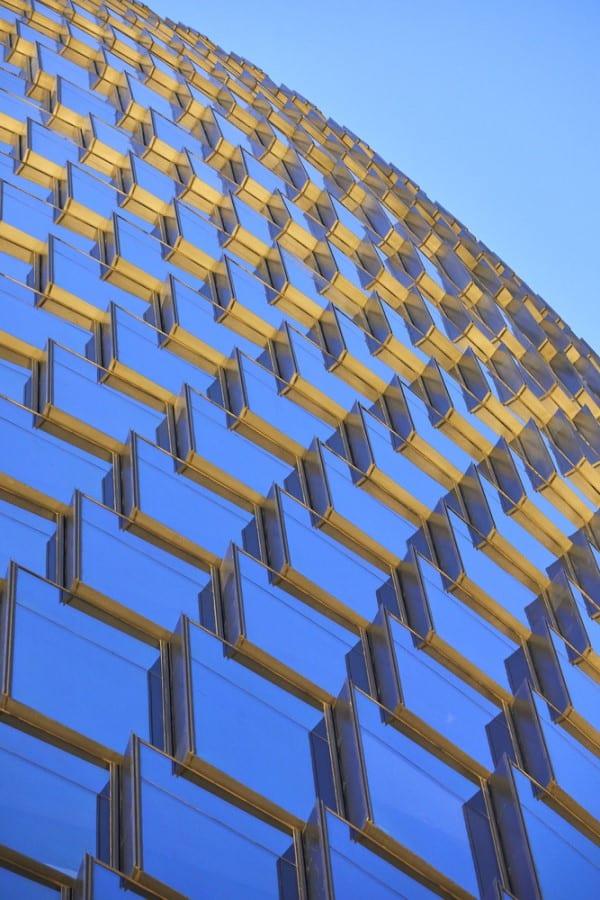 A imagem mostra o revestimento de vidro da estrutura
