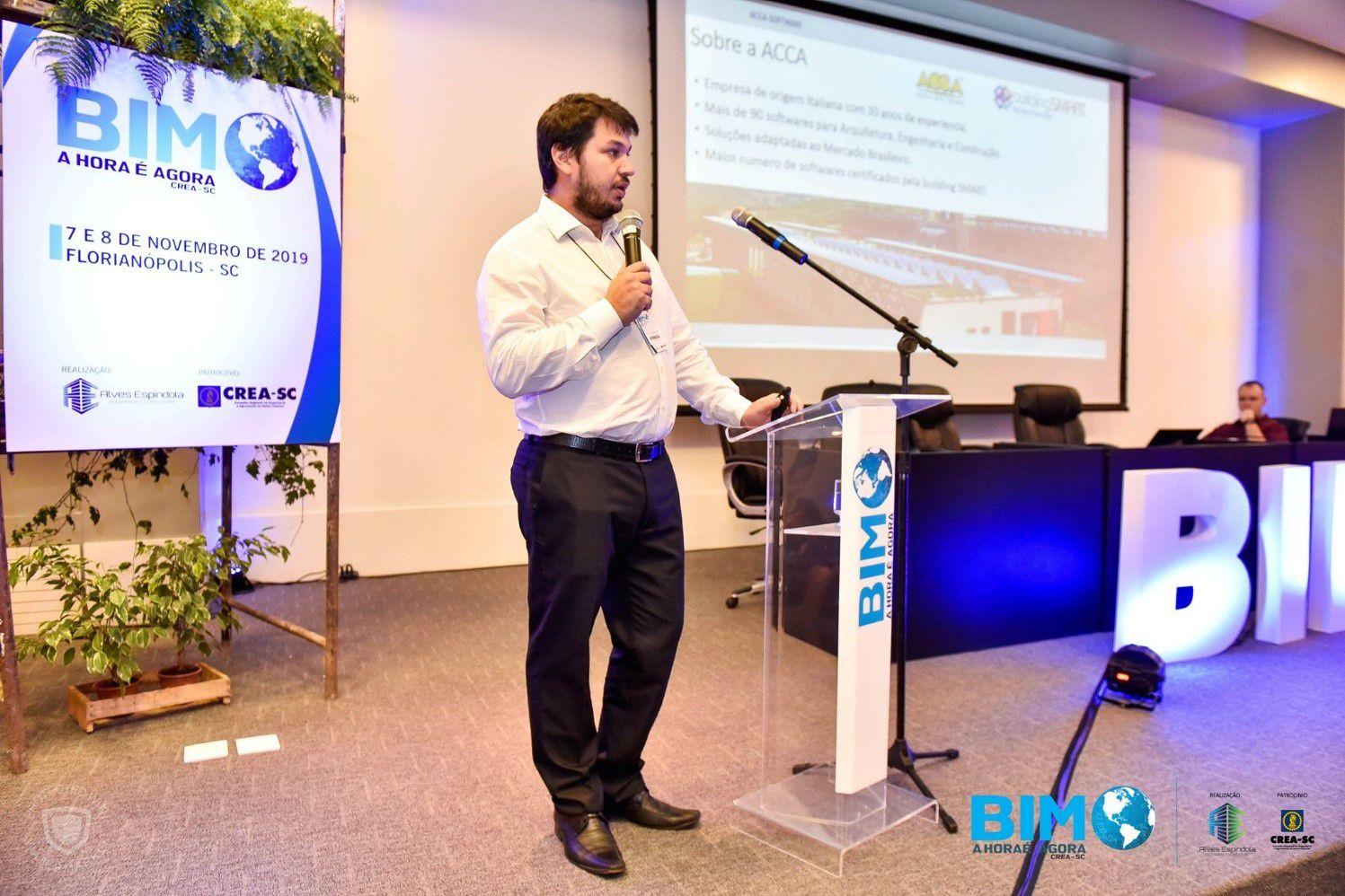 A foto mostra Alexandre Miranda da ACCA software ministrando uma palestra sobre BIM em Santa Catarina
