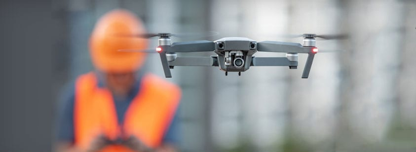 A fotografia mostra um drone utilizado para a seguranca de um canteiro de obras