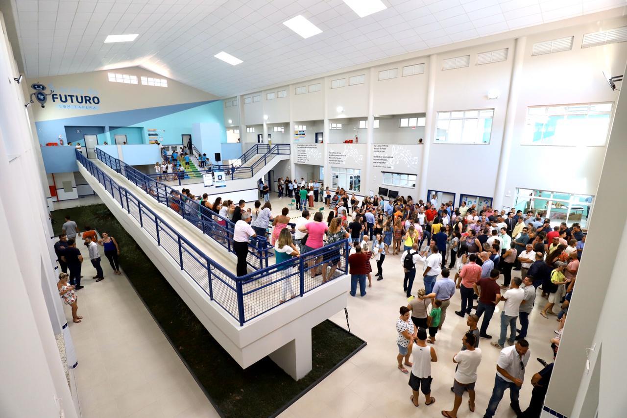A imagem mostra os interiores da Escola do Futuro Tapera realizada com tecnologia BIM em Santa Catarina