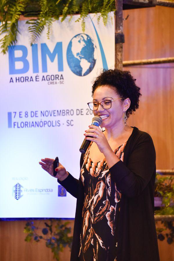 A imagem mostra Kesia Alves da Silva ministrando uma palestra