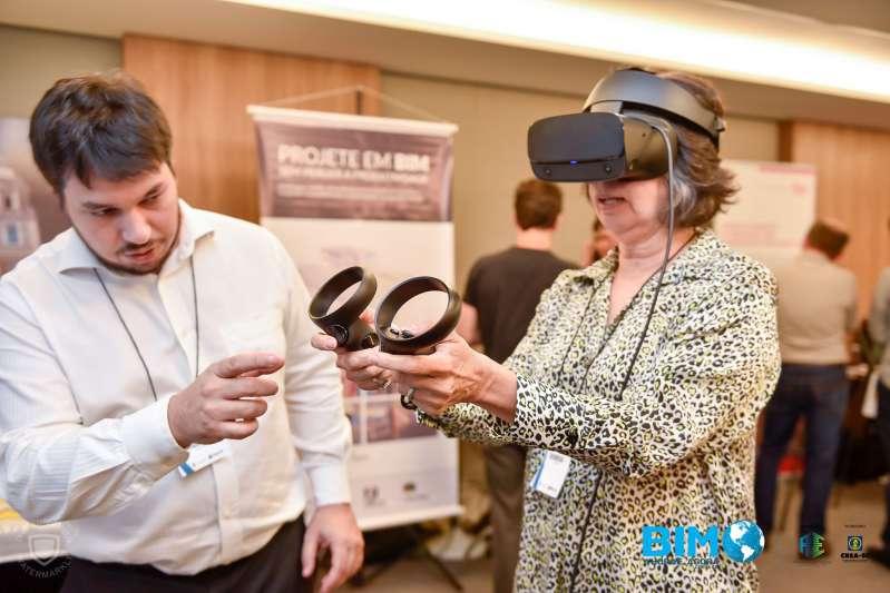 A imagem mostra uma participante testando o visor para realidade virtual da ACCA software