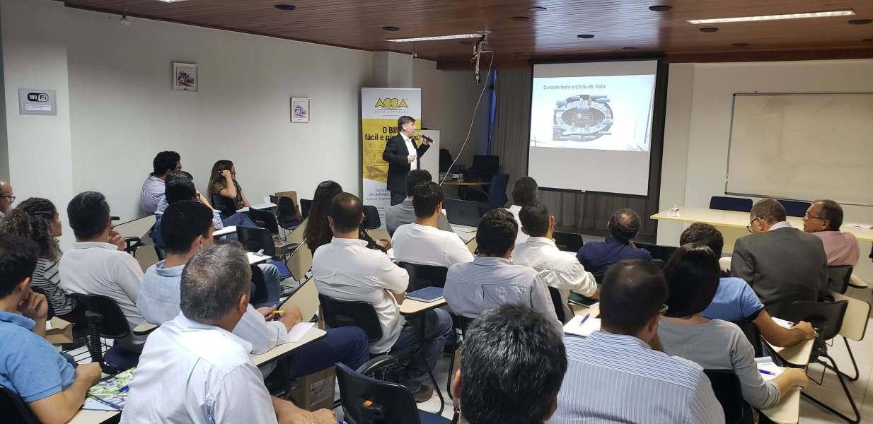 A imagem mostra o Professor Eduardo Toledo da USP ministrando uma apresentacao durante o Seminario BIM no Sergipe